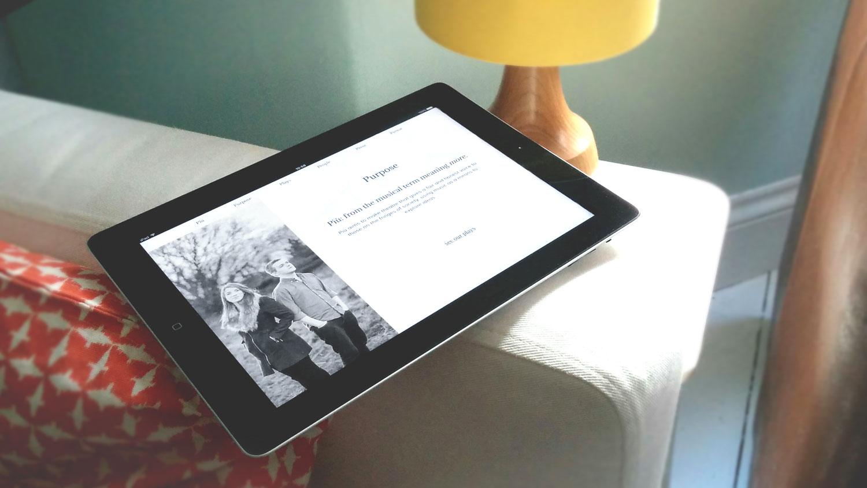 Piu responsive web design on sofa